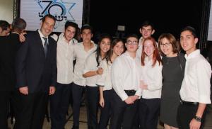 """Grupo de estudiantes del Colegio Moral y Luces """"Herzl-Bialik"""", junto a Daniel Benhamou, presidente de la AIV y del Vaad Hakehilot, y Eunice Witschi"""