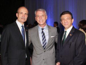 Saúl Levine; Eduardo Poretti, encargado de negocios de Argentina; y Miguel Truzman